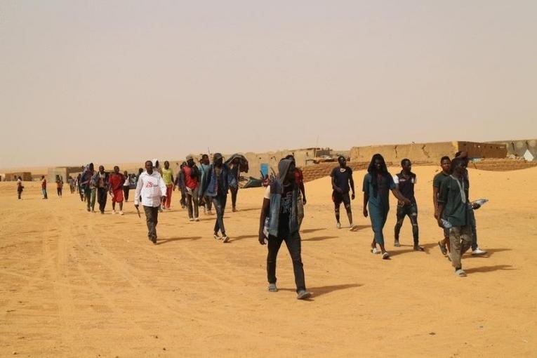 Des migrants et demandeurs d'asile à Assamaka, au Niger. Crédit : Pape Cire Kane/MSF