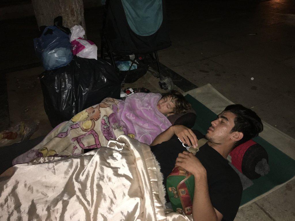 أزالت البلدية المقاعد في ساحة فيكتوريا ويجلس اللاجئون وينامون على أغطية خفيفة مباشرة على الأرض