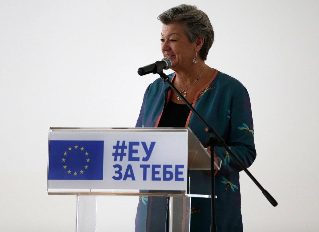 إيلفا يوهانسون المفوضة الأوروبية للشؤون الداخلية خلال زيارتها لمركز أوبرينوفاتس للمهاجرين في صربيا. المصدر: إي بي إيه/ أندري شوكيتش.
