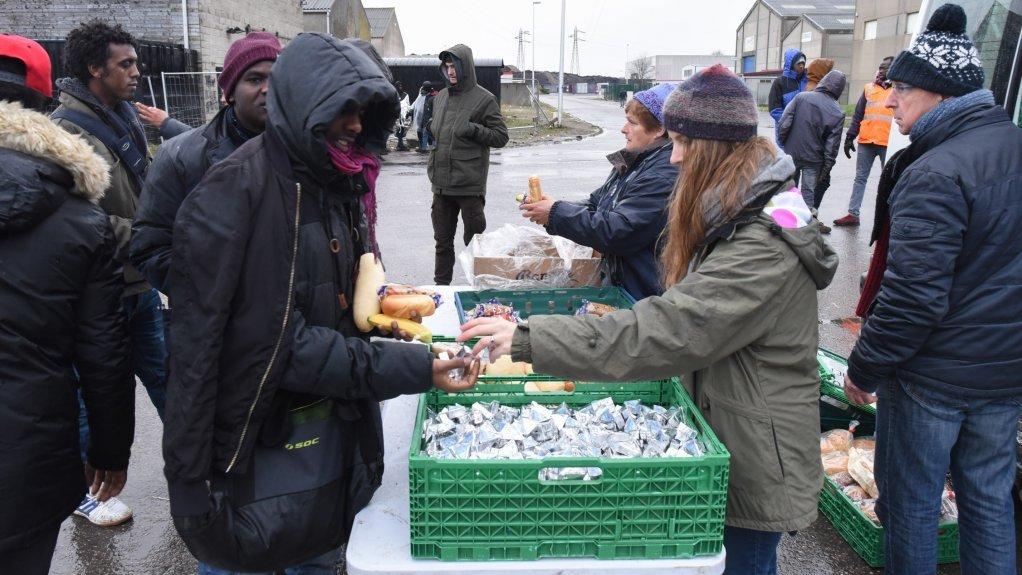 توزیع غذا به پناهجویان در کاله از سوی امدادگران داوطلب، ماه جنوری ٢٠١٨. عکس از مهاجر نیوز