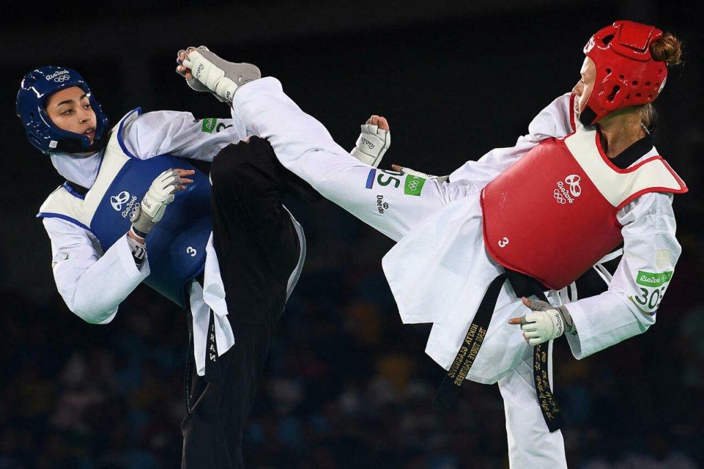 La championne de taekwondo iranienne Kimia Alizadeh (à gauche) lors des Jeux de Rio en 2016. Crédit : AFP