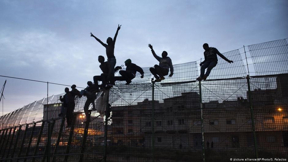 Image d'archive de migrants franchissant la barrière qui sépare le Maroc de l'enclave espagnole de Melilla. Crédit : Picture-alliance