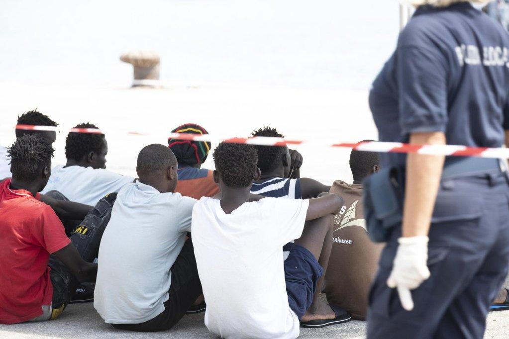 مهاجرو سفينة إليونور الألمانية غير الحكومية في ميناء بوتزالو بصقلية، جنوب إيطاليا. المصدر: أنسا/ فرانشيسكو روتا.