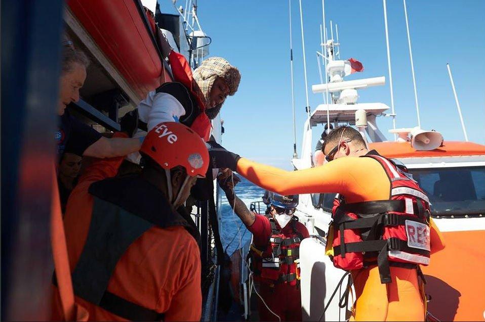 عکس آزشیف: مقامهای مالتا در حال پذیرایی از یک کودک مهاجر که توسط کشتی ایلان کردی از مدیترانه نجات داده شد، ماه اپریل ٢٠١٩. عکس از Twitter / @seaeyeorg
