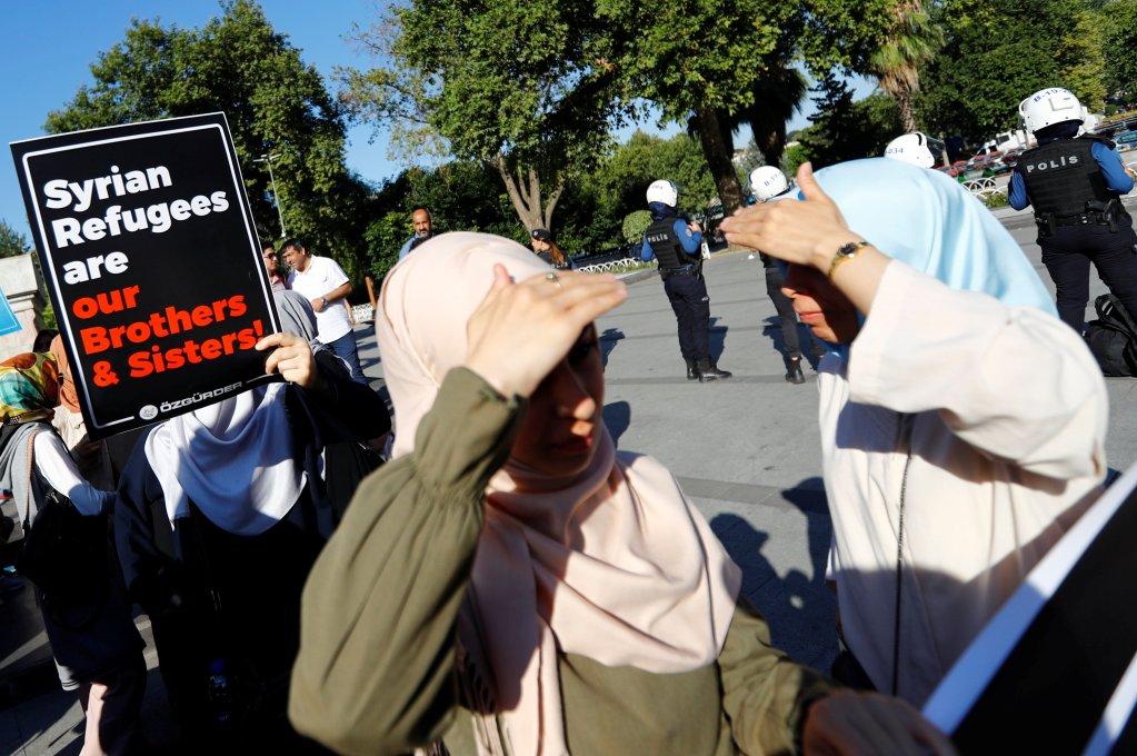 متظاهرون أتراك وسوريون ضد حملة ترحيل اللاجئين السوريين في إسطنبول. الصورة: رويترز