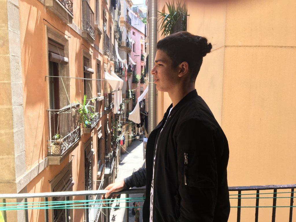 Mohammad, aujourd'hui âgé de 18 ans, sur un balcon de la fondation Bayt al-Thaqafa, dans le centre-ville de Barcelone, le 31 mai 2018. Crédit Rémi Carlier