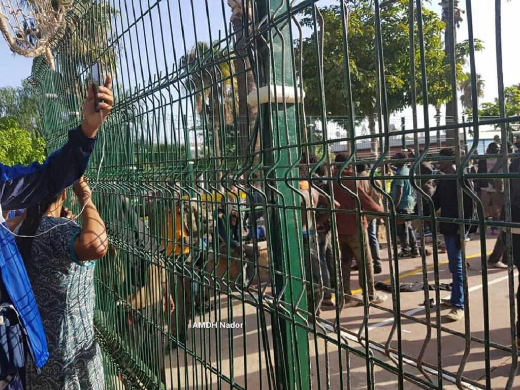 صورة من داخل مركز الاستقبال المؤقت حيث وصل المهاجرون الذين اقتحموا السياج بين مليلية والمغرب. الصورة مأخوذة عن حساب الجمعية المغربية لحقوق الإنسان - فرع الناظور