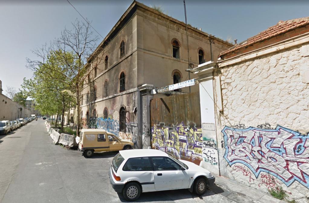 Une ancienne caserne militaire du quartier de la Belle-de-Mai à Marseille, occupée depuis plusieurs mois par des migrants, a été évacuée lundi 8 octobre. Crédits : Google Street View (octobre 2018).