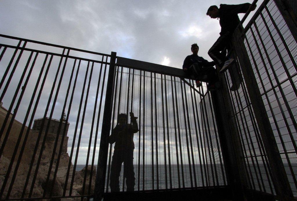 Des migrants à la clôture séparant le Maroc et Melilla (archives). Crédit : AFP