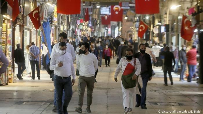 جائحة كورونا ضربت تركيا ما جعل كثيرا من المهاجرين وبينهم مهاجرون فلسطينيون وعرب يسرحون من أعمالهم