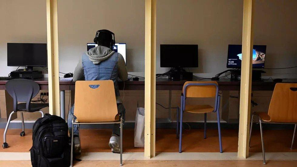 Un étudiant travaille sur un ordinateur à l'université d'Aix-Marseille, qui a ouvert des salles pour ceux qui ont besoin de suivre des cours en ligne, le 19 novembre 2020. Crédit : AFP