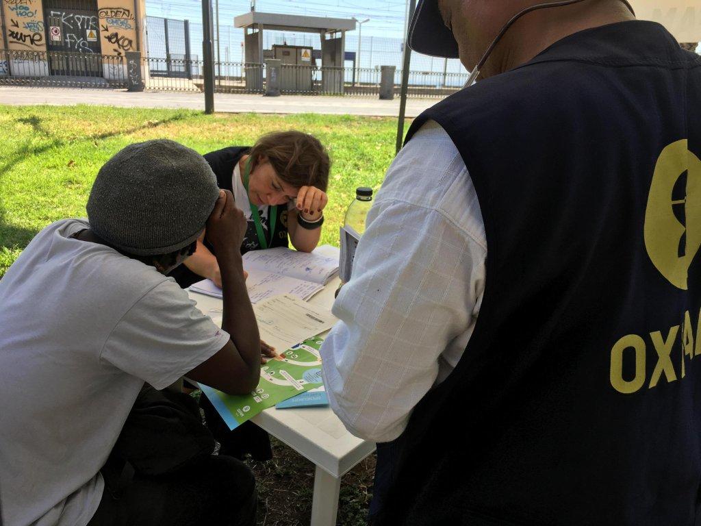 ANSA / العاملون في أوكسفام يساعدون أحد المهاجرين لدى وصوله إلى إيطاليا. المصدر: المركز الصحفي لأوكسفام.