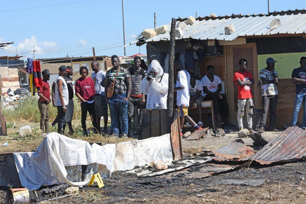 ANSA / الشرطة تقوم بجمع الأدلة بعد حريق دمر أحد الأكواخ العشوائية، وأدى لمقتل شخص في بورغو ميتزانوني بالقرب من فوجيا.