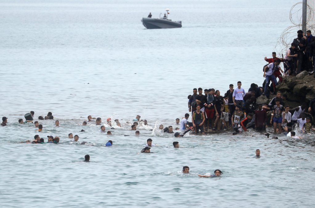 Thousands of Moroccan migrants arrived illegally on Ceuta's beaches on May 17, 2021 | Photo: Reuters