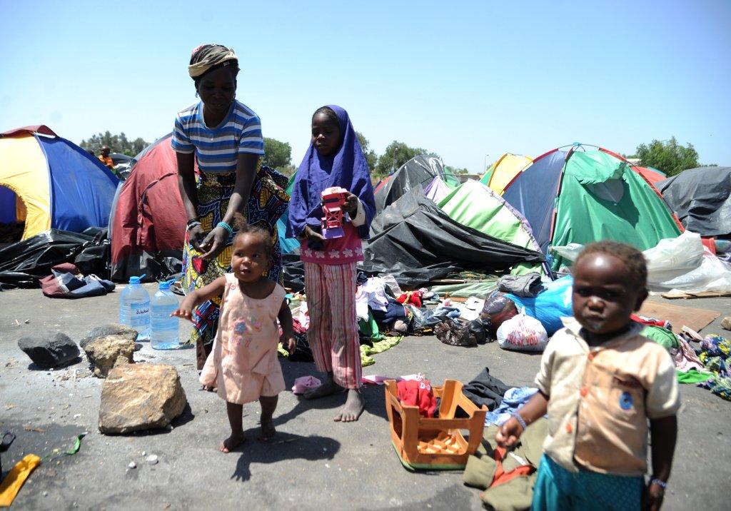 AFP PHOTO/FAROUK BATICHE |Des migrants en provenance du Niger, en situation irrégulière en Algérie, dans la ville de Boufarik, en 2014.