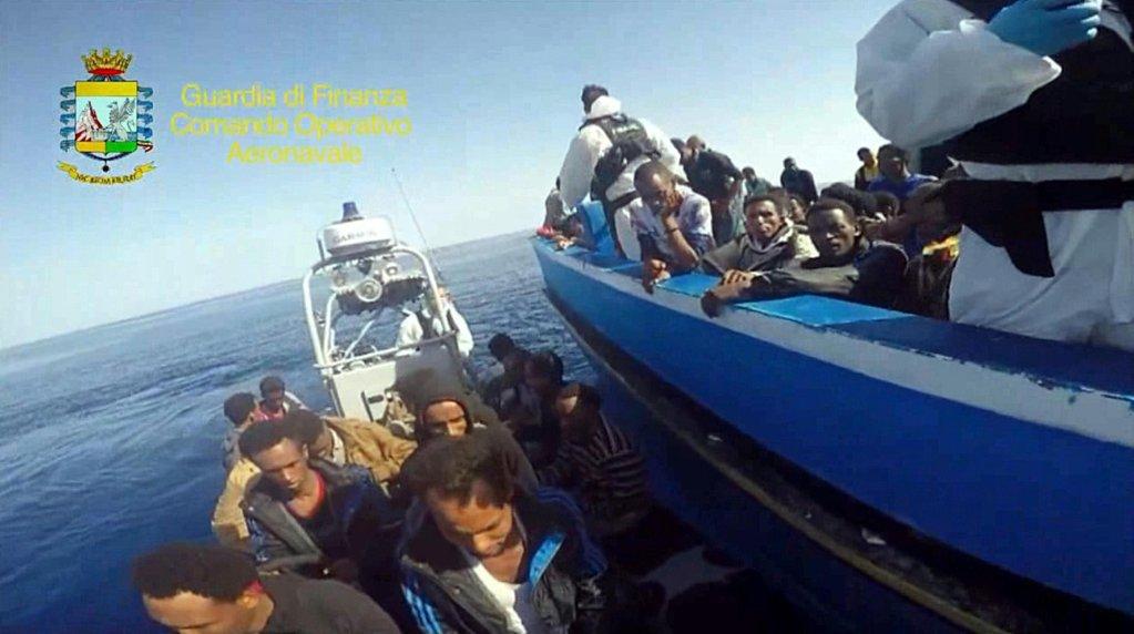 عملية الإنقاذ على متن القارب الذي كان يقل 313 مهاجرا و49 جثة في مضيق صقلية في 17 آب/ أغسطس 2015. المصدر: أنسا/ جوارديا دي فينانزا.
