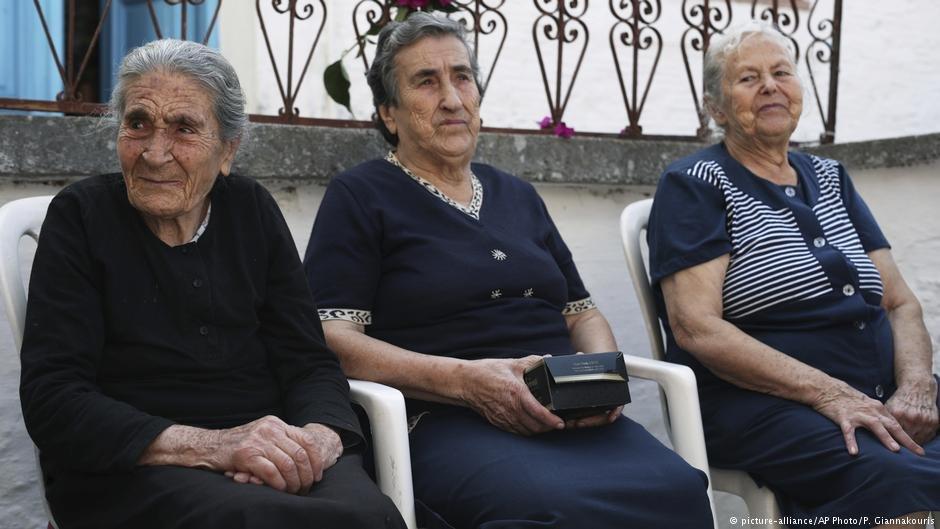 إميليا كامفيسي وإفستاتيا مافرابيدو وماريتسا مافراديدي.الصورة: بيتروس جياناكوريس