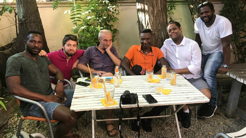 Une partie de l'équipe du Black Post. De gauche à droite, Soumaila Diawara, Luca De Simoni, Sandro Medici, Kante Bangaly Fode, Sofonias Kassahun et Daouda Sarè. Photo : DR