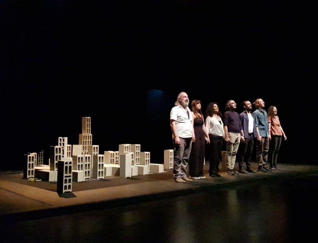من عرض مسرحية وقائع مدينة لا نعرفها في باريس. الصورة: دانا البوز/مهاجرنيوز
