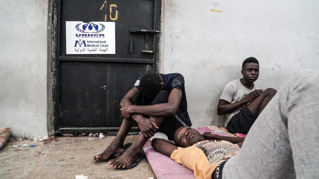 Taha JAWASHI / AFP |Des migrants dans un centre de détention à Zawiyah, à 45 kilomètres à l'ouest de la capitale libyenne Tripoli, le 17 juin 2017.