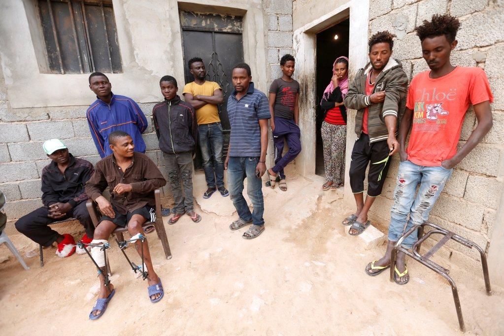 Des migrants devant un refuge à Bani Walid, en Libye, le 25 mars 2018. Crédit : Reuters