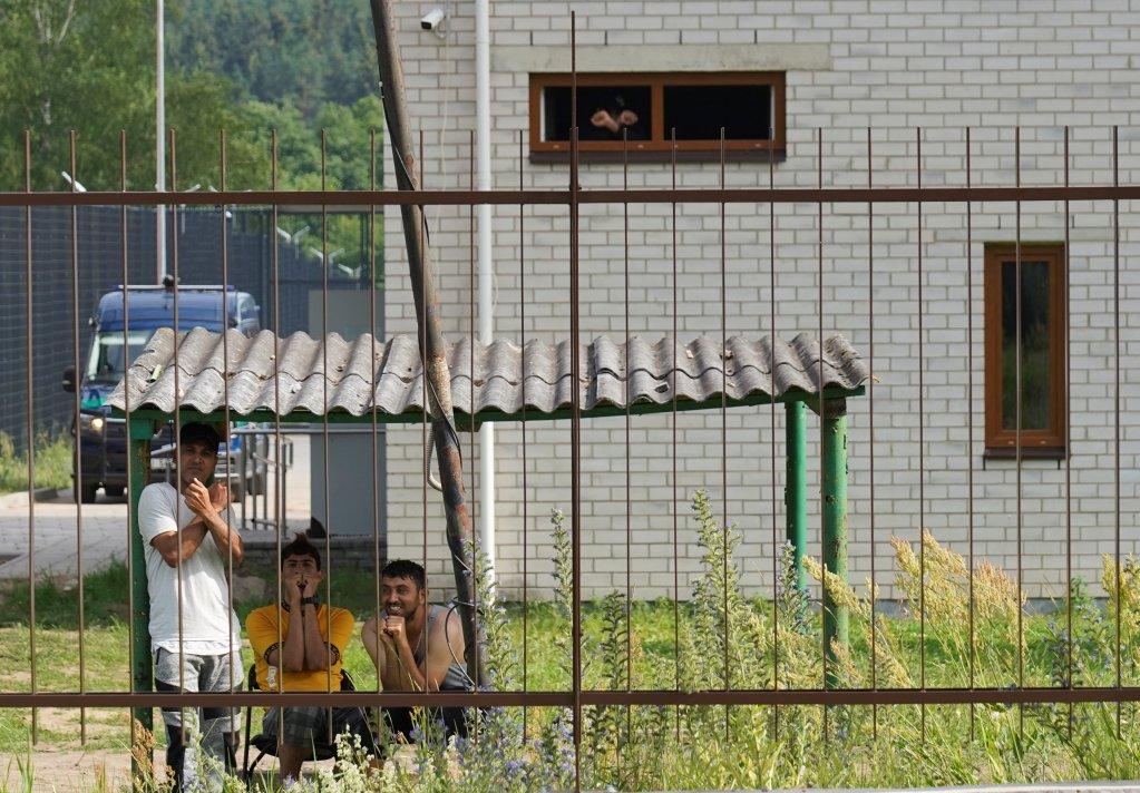 Des migrants enfermés dans le centre de Pabradé en Lituanie, le 6 juillet 2021. Crédit : Reuters