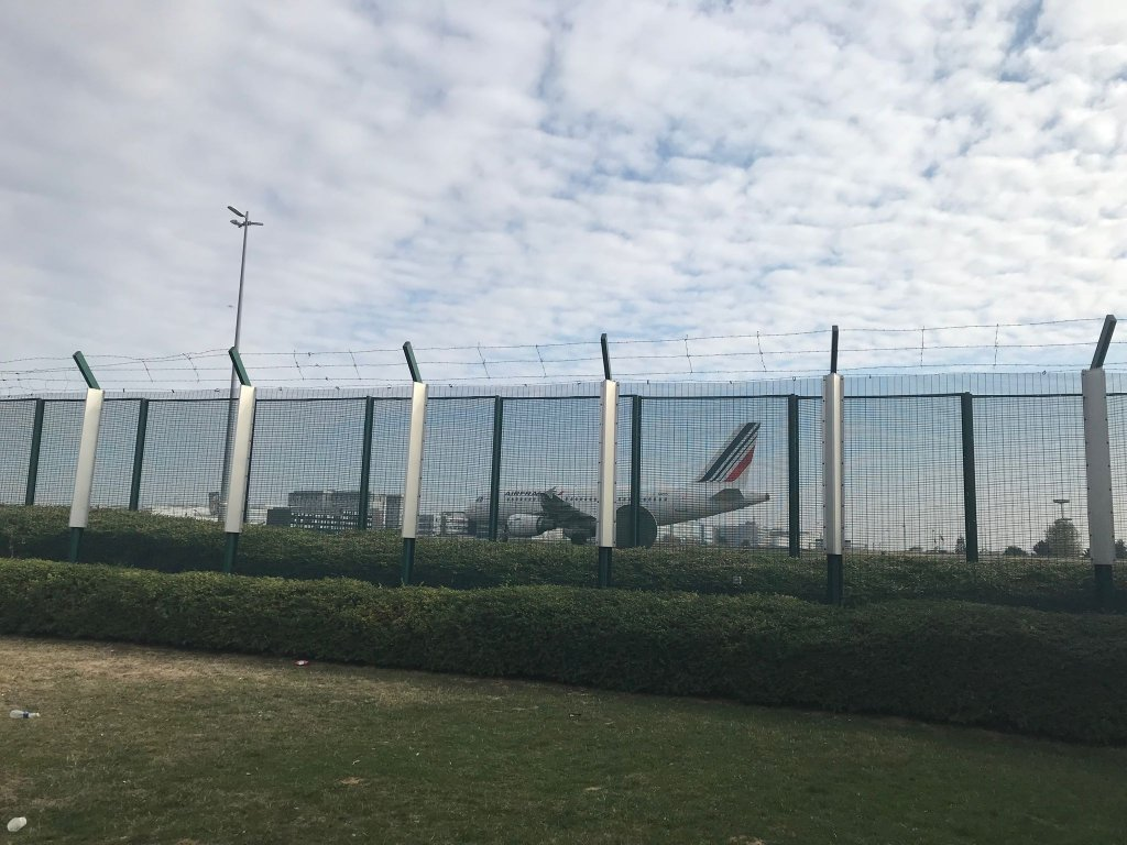 نمایی از فرودگاه رواسی شارل دوگل در شمال پاریس از داخل ساختمان محل نگهداری خارجیان. عکس از مهاجر نیوز