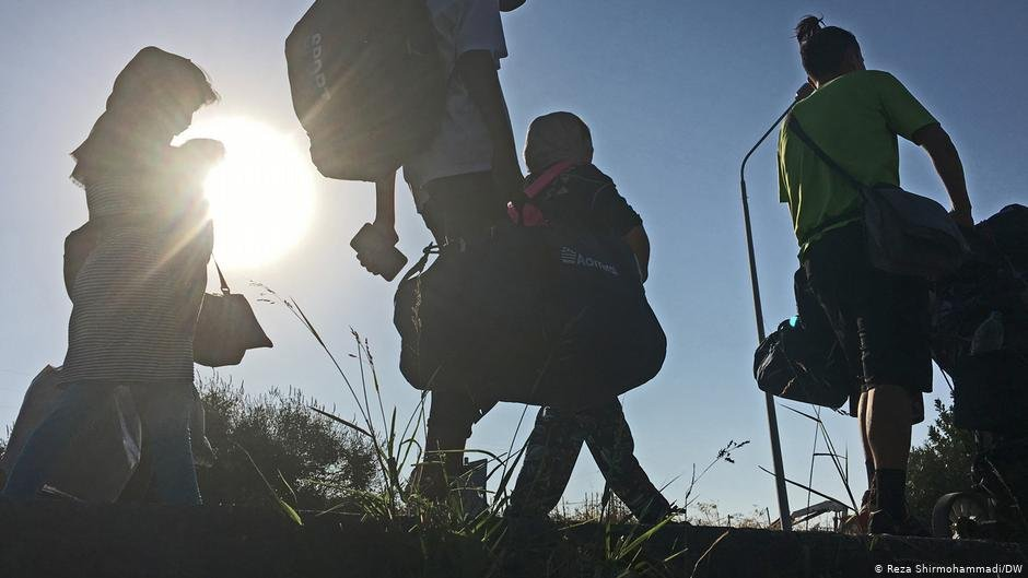 Symbolic image: Migrants walking on road | Photo: Reza Shirmohammadi/DW