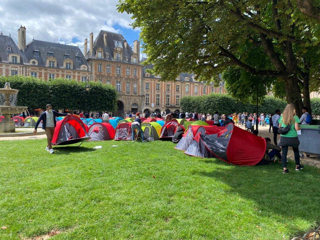 روز پنجشنبه ۲۹ جولای حدود ۶۰۰ نفر بی سرپناه در  توریستی ترین منطقه پاریس در میدان ووژ خیمه زدند. عکس از  مهاجر نیوز