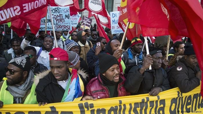 Demonstrators march in Rome to protest Italy's new anti-migrant laws, December 2018   Photo: Picture-alliance