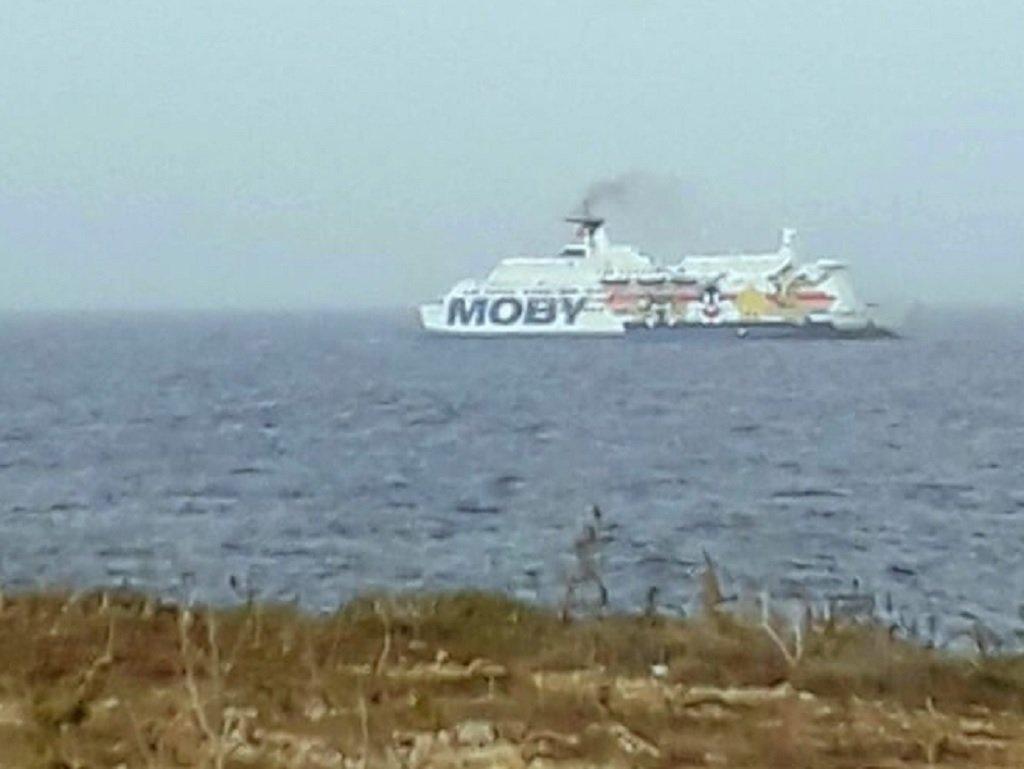 """العبارة """"موبي زازا"""" الراسية قبالة صقلية والتي يتواجد على متنها المهاجرون المصابون بكوفيد 19. الصورة مأخوذة من حساب فيسبوك  نيلو موسوميتشي، رئيس منطقة صقلية."""