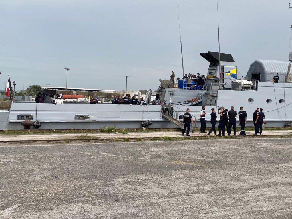 أثناء إيداع مهاجرين ناجين في ميناء دنكيرك. الحقوق: جمعية يوتوبيا 56.