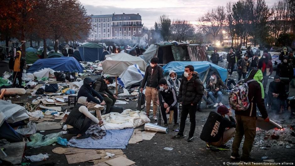 مهاجرون في مخيم سان دوني| Photo: Christophe Petit Tesson/dpa/picture-alliance