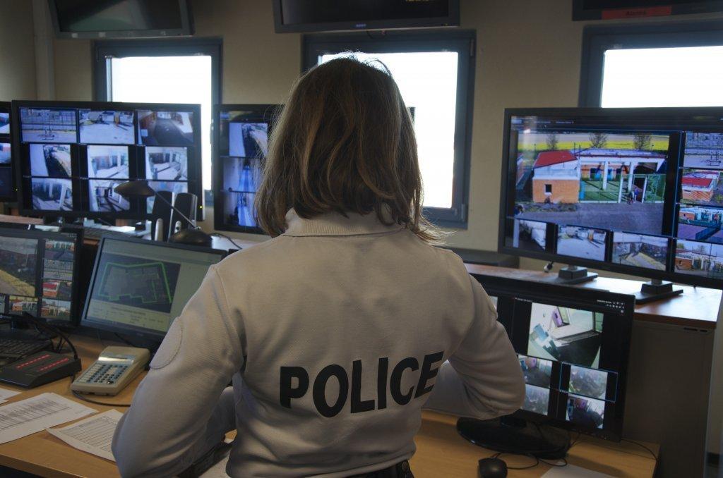 Un policier surveille les écrans de contrôle du centre de rétention du Mesnil-Amelot, en région parisienne. Crédit : Maëva Poulet/InfoMigrants