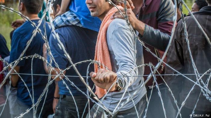 صورة من الأرشيف،لاجئون محتجزون  في المجرعلى الحدود مع صربيا