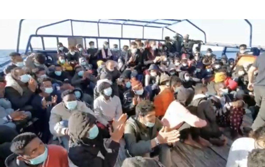 مهاجرون على متن آيتا ماري بعد عملية الإنقاذ يوم الجمعة 19 فبراير. الصورة من حساب المجموعة على تويتر