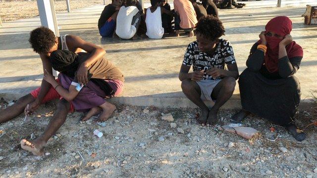 تعدادی از مهاجرات نجات یافته از حادثه غرق شدن دوکشتی در مدیترانه روز پنجشنبه ٢٥ جولای به لیبیا انتقال داده شدند. عکس از رویترز