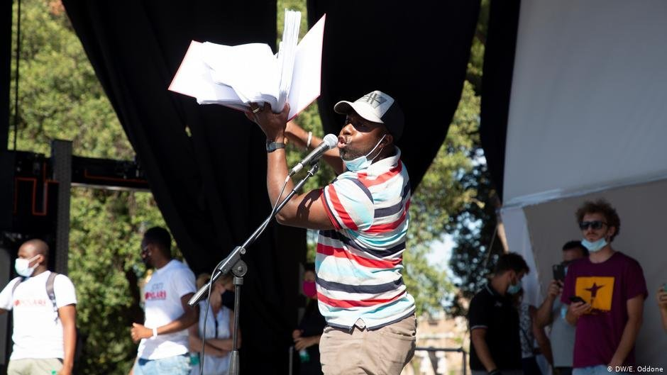 Un travailleur lors d'une manifestation à Rome   Crédit : DW