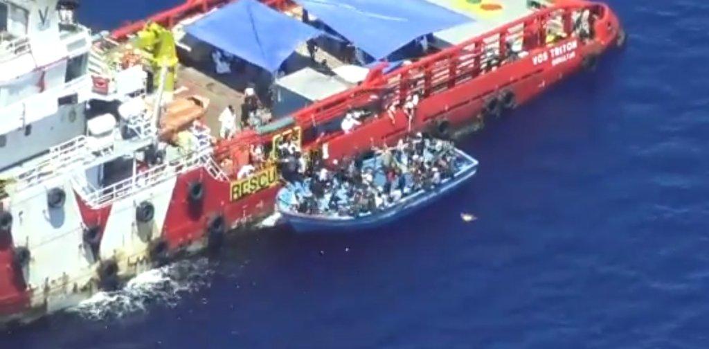 Le Vos Triton vient au secours d'une embarcation de migrants, le 14 juin 2021. Crédit : Sea-Watch