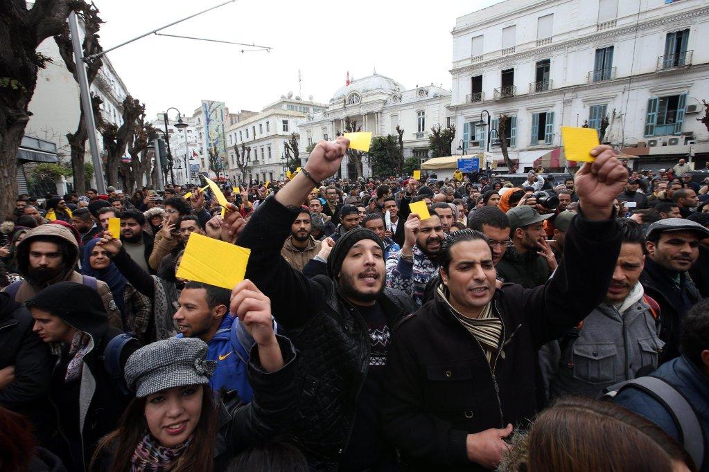 ANSA / تونسيون خلال مظاهرة للاحتجاج على إعلان الحكومة رفع الضرائب وتبني إجراءات تقشفية. المصدر: إي بي إيه/ محمد ميسرة.