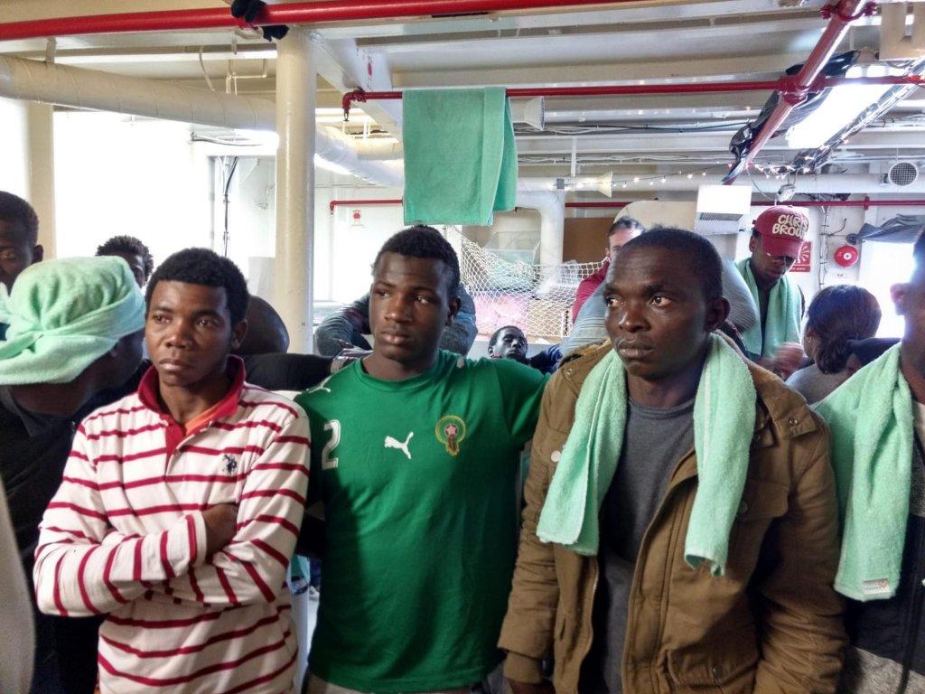 """ANSA / مهاجرون على متن سفينة """"سي ووتش"""" بالقرب من ساحل سيراكوزا في 27 كانون الثاني/ يناير الجاري. المصدر: أنسا/ دومينيكو باليسي."""