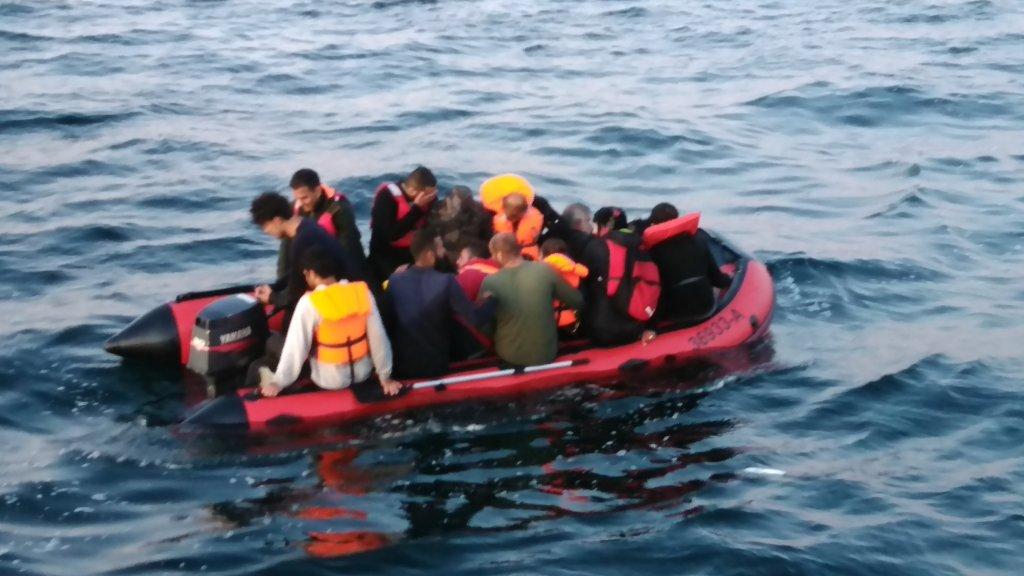 السلطات تنقذ قارب مهاجرين الخميس 21 أيار/مايو. صورة من الحساب الرسمي لمحافظة المانش وبحر الشمال.