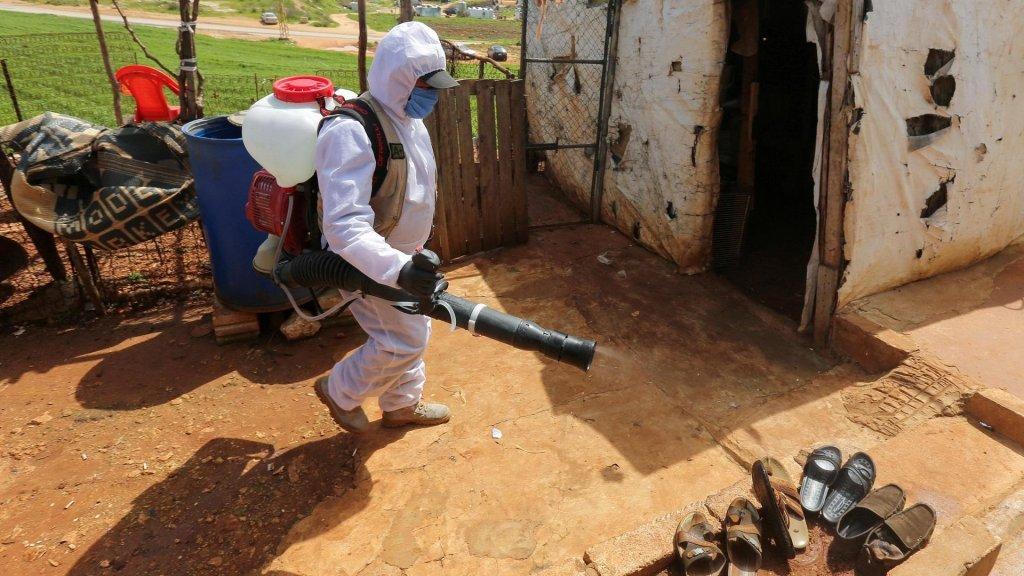 © رويترز |موظف ببلدية مرجعيون اللبنانية يقوم بتعقيم مخيم للاجئين السوريين ضمن إجراءات مكافحة فيروس كورونا، 23 مارس/آذار 2020.