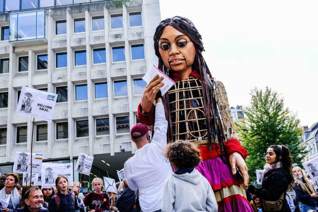 © HADRIEN DURE / BELGA / AFP |La marionnette géante Amal lors de son passage dans le centre-ville de Bruxelles, le 7 octobre 2021.
