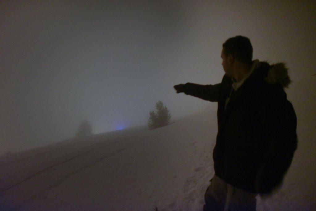 المهاجر مصطفى يشير إلى سيارة الشرطة أسفل الجبل في منطقة مونجينيف. المصدر:مهاجر نيوز/مهدي شبيل