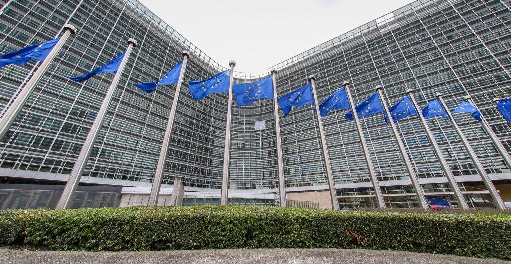 ANSA / أعلام الاتحاد الأوروبي في مقر المفوضية الأوروبية في بروكسل. المصدر: دولينان وارناد.