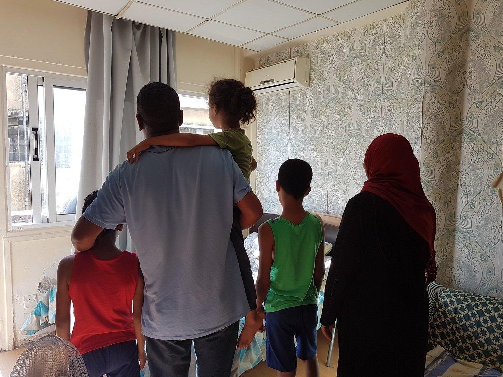 ماهر وعائلته داخل غرفتهم في الفندق الكائن عند مدخل شارع ليدرا السياحي في نيقوسيا. الصورة: شريف بيبي