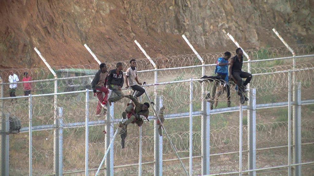 Un peu plus de 600 migrants ont escaladé la clôture qui sépare le Maroc de l'enclave espagnole de Ceuta, le 26 juillet 2018. Crédit : Reuters
