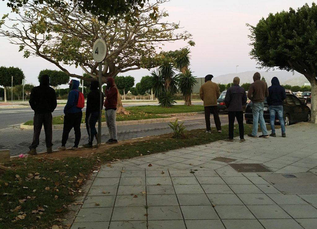 مهاجرون في شوارع إليخيدو ينتظرون فرصة للعمل ت.إعزام
