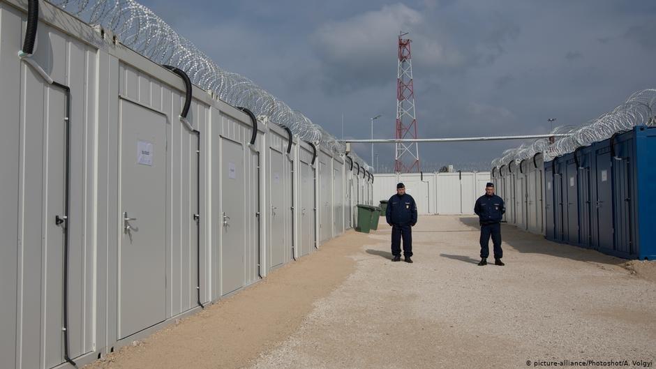 Des policiers hongrois dans une zone de transit. Crédit : Picture alliance